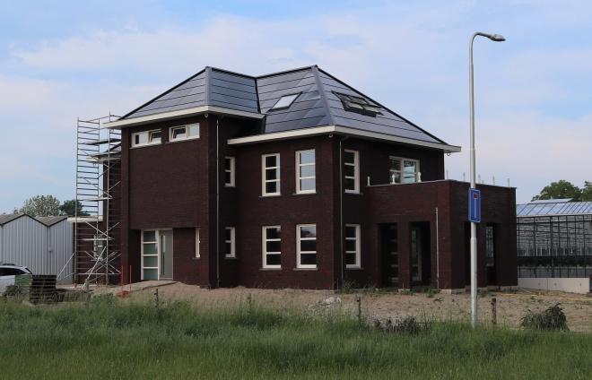 Ultramodern diepzwart zonnepanelen dak op nieuwbouwwoning